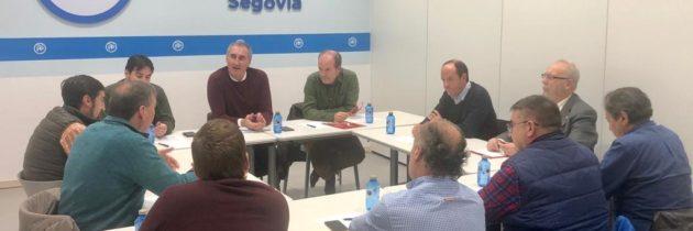 El PP analiza la situación del sector hostelero en Segovia con la directiva de la AIHS