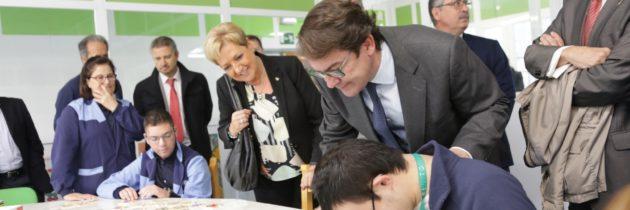 Fernández Mañueco, acompañado por Paloma Sanz, manifiesta el compromiso del PP con las políticas a favor de la discapacidad