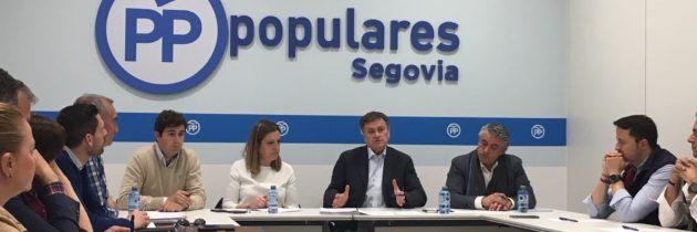 Francisco Vázquez explica las propuestas del PP en materia educativa a diferentes colectivos de este ámbito