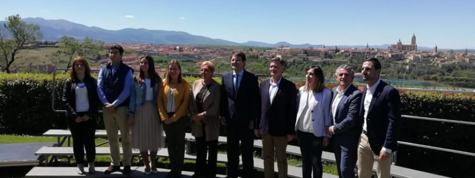 Fernández Mañueco se compromete a poner en marcha medidas en relación con sucesiones, conciliación, personas mayores, mundo rural y autónomos